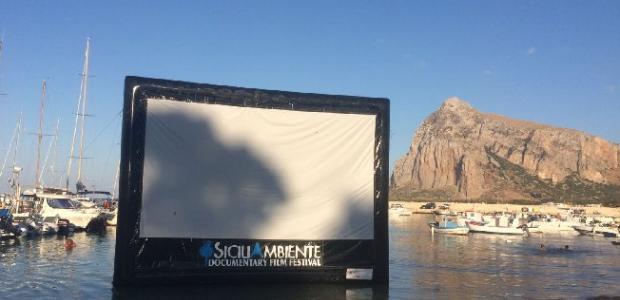 Uno schermo in mezzo al  mare